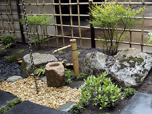 Japanese Garden Ornaments. Water Basin With Bamboo Water Fountain.